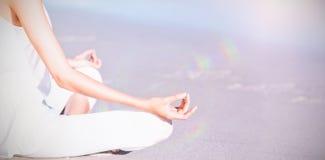 Midsection женщины выполняя йогу Стоковое Фото