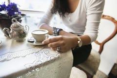 Midsection женщины имея кофе на кафе Стоковое Изображение RF