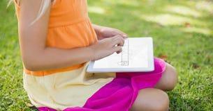 Midsection женщины используя цифровую таблетку Стоковое Изображение