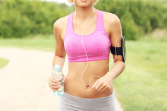 Midsection женщины jogging в парке Стоковые Фото