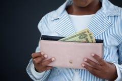 Midsection коммерсантки держа портмоне с бумажными деньгами Стоковая Фотография