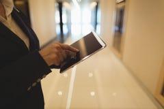 Midsection коммерсантки используя планшет Стоковая Фотография