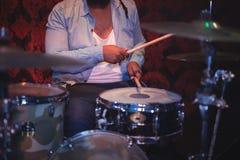 Midsection музыканта играя набор барабанчика Стоковая Фотография RF