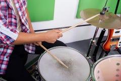 Midsection человека играя барабанчики Стоковое Изображение RF