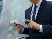 Midsection av affärsmannen som använder den digitala minnestavlan arkivfoton