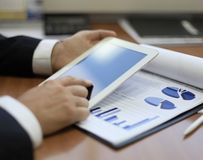 Midsection av affärsmannen som använder den digitala minnestavlan arkivbild