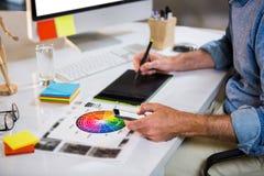 Midsection av affärsmannen som använder diagramminnestavlan royaltyfri foto