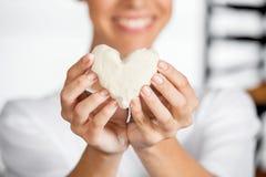 Midsection av bagareHolding Heart Shape deg Fotografering för Bildbyråer