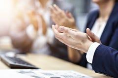 Midsection av businesspeople som applåderar händer på konferensen arkivfoton
