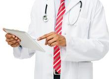 Midsection av doktor Using Digital Tablet Royaltyfri Bild