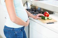 Midsection av kvinnan med grönsaker ombord arkivfoton