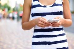 Midsection av kvinnan som använder Smartphone på gatan Arkivfoto