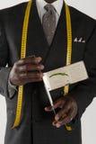 Midsection av skräddaren som rymmer en mäta apparat Arkivfoton