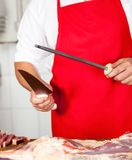Midsection av slaktaren Sharpening Knife arkivfoton