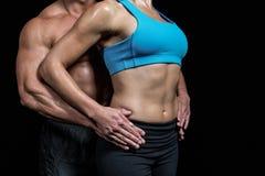Midsection av sunda par med händer på höft Royaltyfri Foto