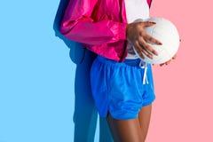 Midsection av ung flickainnehavbollen i händer på rosa färger royaltyfri fotografi