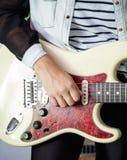 Midsection Bawić się gitarę kobieta Zdjęcie Royalty Free