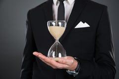 Midsection biznesmena mienia hourglass Zdjęcia Stock