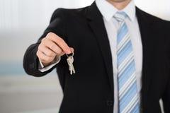 Midsection Daje domów kluczom agent nieruchomości Fotografia Stock