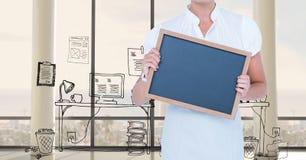Midsection de la empresaria que sostiene la pizarra contra gráficos Foto de archivo libre de regalías