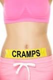Midsection de la mujer con la muestra de los calambres en el estómago Imagen de archivo libre de regalías