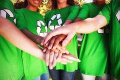 Midsection de los voluntarios que apilan las manos imagen de archivo