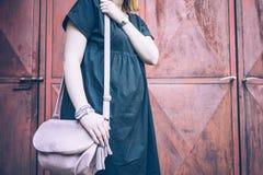 Midsection de una mujer que sostiene un bolso imagen de archivo libre de regalías