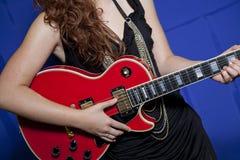 Midsection del adolescente que toca la guitarra Foto de archivo