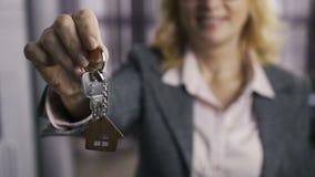 Midsection del agente de la propiedad inmobiliaria mayor que presenta llaves almacen de metraje de vídeo