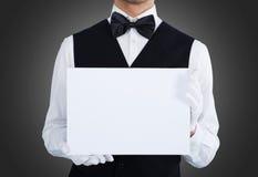 Midsection del camarero que sostiene la cartelera en blanco imagen de archivo libre de regalías