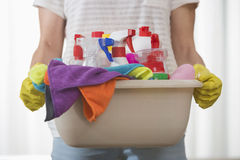 Midsection del canestro di trasporto della donna dei rifornimenti di pulizia Fotografia Stock Libera da Diritti