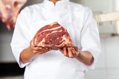 Midsection del carnicero Holding Meat fotos de archivo libres de regalías