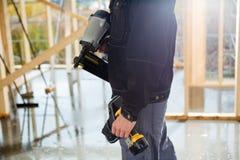 Midsection del carpintero With Drill Machines en el sitio Imágenes de archivo libres de regalías