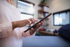 Midsection del doctor de sexo femenino Using Digital Tablet imágenes de archivo libres de regalías