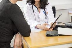 Midsection del doctor Showing Digital Tablet al paciente fotos de archivo