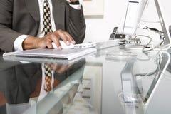 Midsection del hombre de negocios Using Computer imagen de archivo