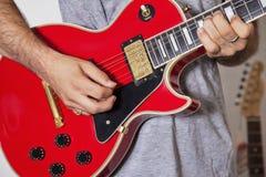 Midsection del hombre que toca la guitarra eléctrica fotos de archivo