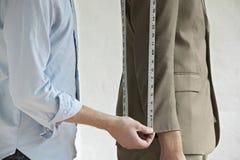 Midsection del traje de Measuring Customer del sastre imagenes de archivo
