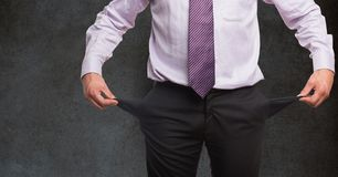 Midsection dell'uomo d'affari che tiene le tasche vuote contro la lavagna Immagine Stock
