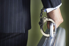 Midsection dell'uomo d'affari Handcuffed To Briefcase fotografia stock libera da diritti