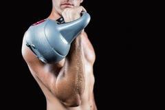 Midsection dell'uomo senza camicia che risolve con il kettlebell Immagine Stock Libera da Diritti