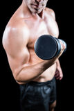 Midsection dell'uomo senza camicia che risolve con la testa di legno Fotografia Stock Libera da Diritti