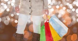 Midsection della donna che tiene i sacchetti della spesa variopinti Immagini Stock Libere da Diritti
