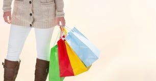 Midsection della donna con i sacchetti della spesa variopinti Immagine Stock Libera da Diritti