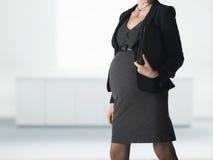 Midsection della donna di affari incinta With Folder immagini stock libere da diritti