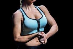 Midsection della donna di misura che allunga le mani Immagini Stock