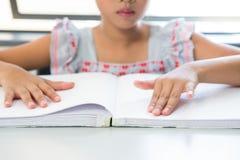 Midsection della ragazza cieca che legge il libro di Braille Immagine Stock Libera da Diritti