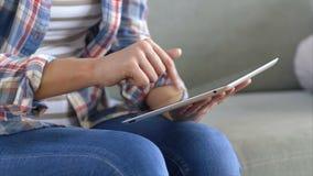 Midsection kobieta używa cyfrową pastylkę na kanapie zdjęcie wideo