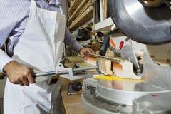 Midsection młodego rzemieślnika tnący drewno z kółkowym saw Zdjęcia Royalty Free