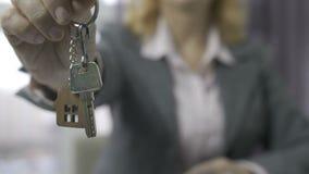 Midsection mayor del agente de la propiedad inmobiliaria que muestra llaves de la casa almacen de video